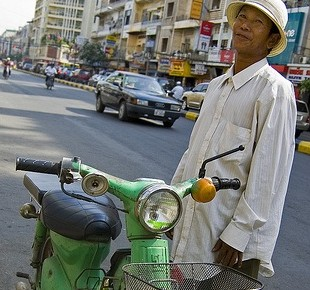 moto taxi driver on monivong ave, phnom penh